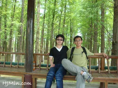 梁同学与蒋同学在水木林前的合影。