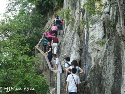 攀爬天柱山,海拔110米,悬崖峭壁,造物奇巧。